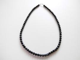 Zwarte ogrie ai kralen snoer met zilveren sluiting.