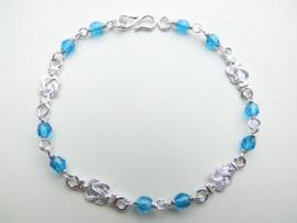 Zilveren mattenkloppertjes blauwe kralen bracelet.