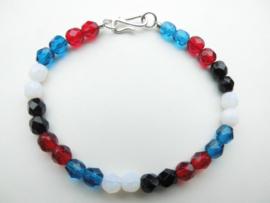 Blauw/rood/zwart/witte kralen bracelet met zilveren sluiting.