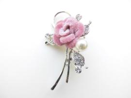 Broche roze bloem met synth. parel .