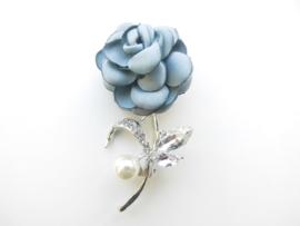 Broche licht blauwe bloem met synth. parel.