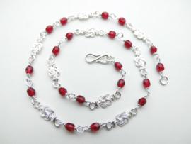 Zilveren baby mattenkloppers rode kralen ketting.