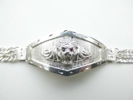 Zilveren leeuwenkop bracelet met rode ogen.