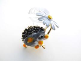 Broche egeltje met bloem.