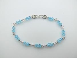 Zilveren licht blauwe kralen bracelet.