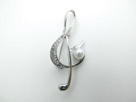 Broche zilverkleurige muzieksleutel met synth. parel.