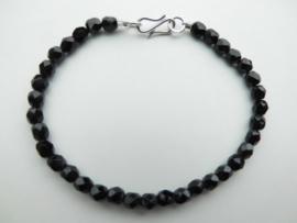 Ogrie ai kralen bracelet met zilveren sluiting. (dun)