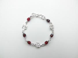 Zilveren mattenkloppertjes rode kralen baby bracelet.