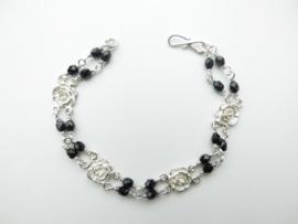 Zilveren roos zwarte kralen bracelet.