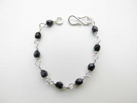 Zilveren zwarte kralen baby bracelet.