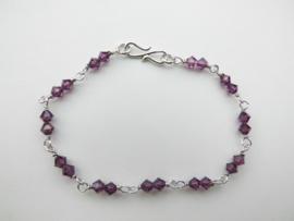 Zilveren paarse kralen bracelet.