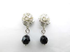 Zilveren roos oorbellen met zwarte kraal.
