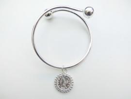 Zilveren gladde armband met munt hanger.