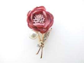 Broche roze bloem met synth. parel.