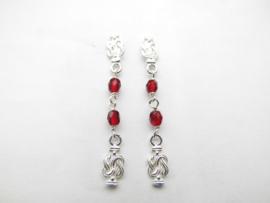 Zilveren mattenklopper rode kralen oorbellen.