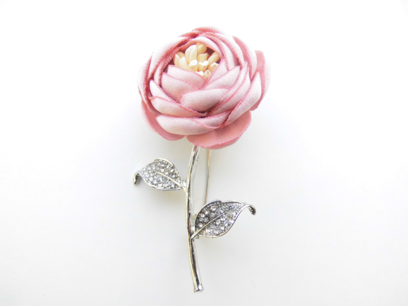 Broche licht roze bloem.