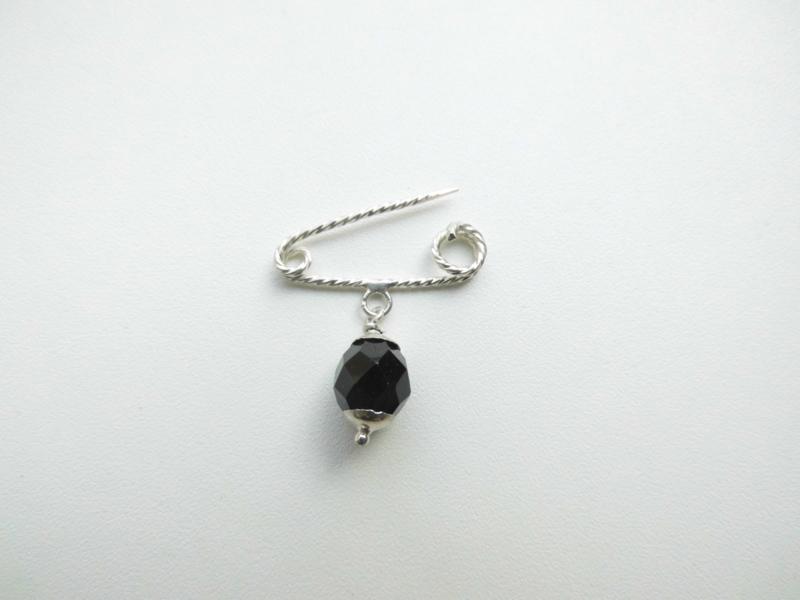 Zilveren baby speld met zwart kraal.