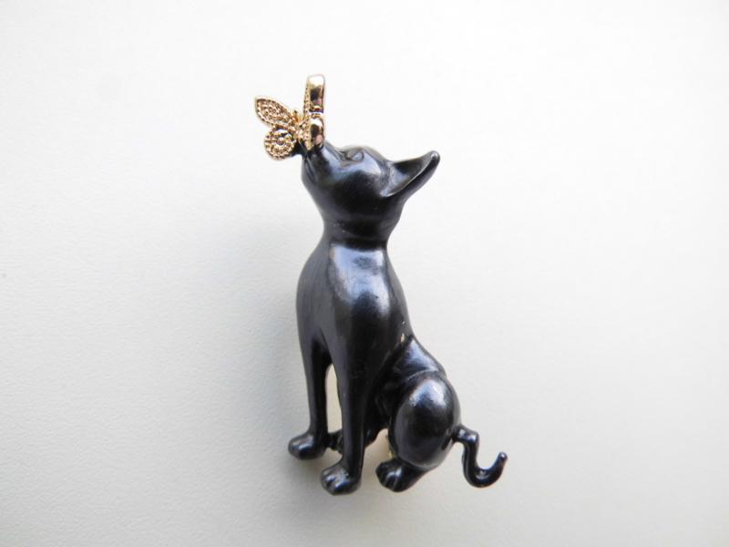 Broche grijze kat met vlinder.