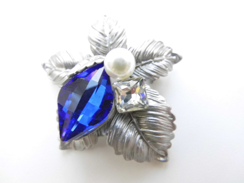 Broche blauw steen / synth. parel bloem.