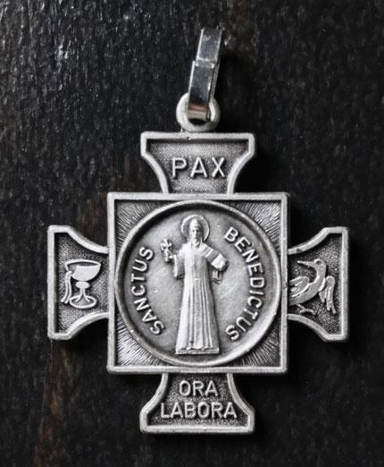 Benedictus schutskruisje   metaal