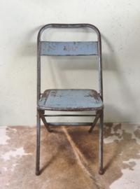 Oud metalen klapstoel