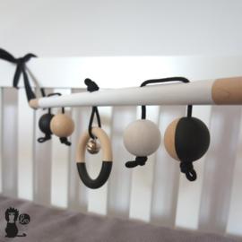 Babytrapeze 'little baboon' (zwart / wit / hout)