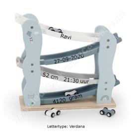 Label Label houten autobaan blauw met geboortegegevens