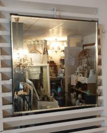 Oude vierkante spiegel met sierrand