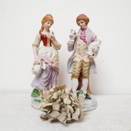 Beeldjes van een dame en heer van biscuit