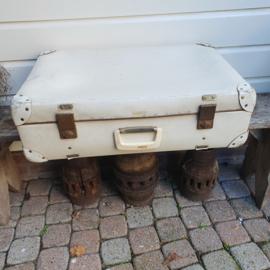 Grote, witte koffer met sleutels