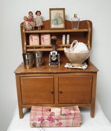 Oud poppen dressoirtje