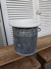 Zinken emmer met porseleinen binnenkant