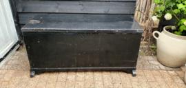 Hele grote zwarte kist , oud en van hout .