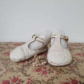 Kleine, oude witte schoentjes