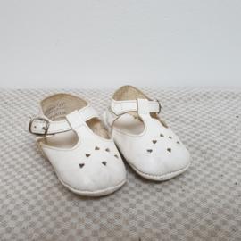 Schattige witte babyschoentjes