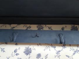 Stoer regaal in diep donkerblauw