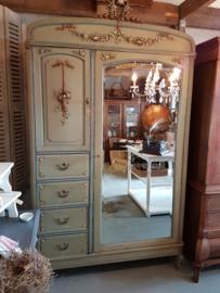 Zeer oude , unieke, brocante kledingkast met spiegel