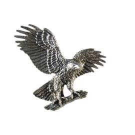 Tinnen speld/pin Arend met vleugels wijd op tak