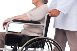 Als begeleider een rolstoel voortduwen