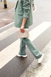 Vrouwelijk pak, mooie snit, pantalon met wijde pijpen