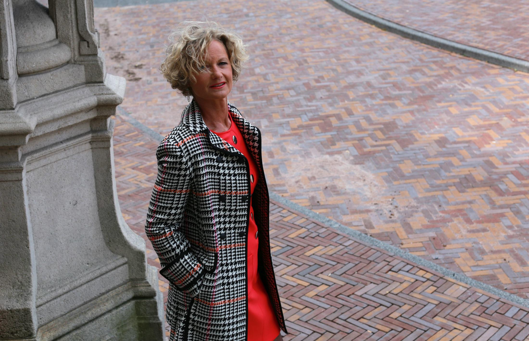 Marise in jurk van Caroline Biss en jas van Penny Black