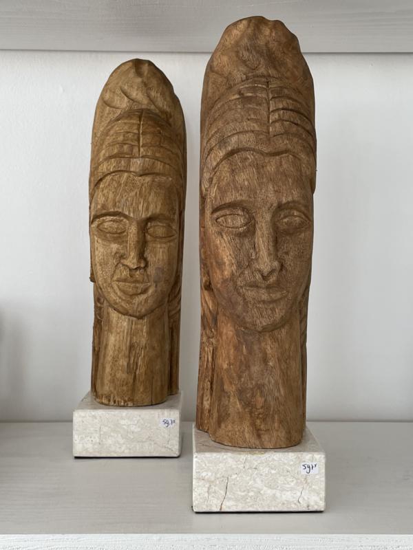 Houten sculptuur op marmeren voet