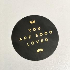 Sluitsticker: You are sooo loved. Zwart met gouden letters.