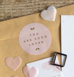 Sticker: You are soo loved, roze met gouden letters