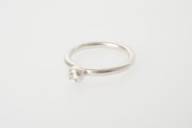 Ring met diamant in grote parelbol