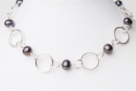 Zilveren schakelketting met zwarte parels