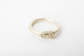 Geelgouden ring met gewikkelde parelband en diamantje
