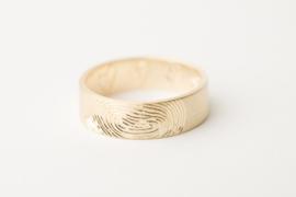 Geelgouden ring met vingerafdruk