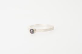 Ring met zwarte bouton parel