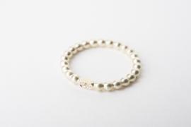 Geelgouden ring van parelband met diamantjes